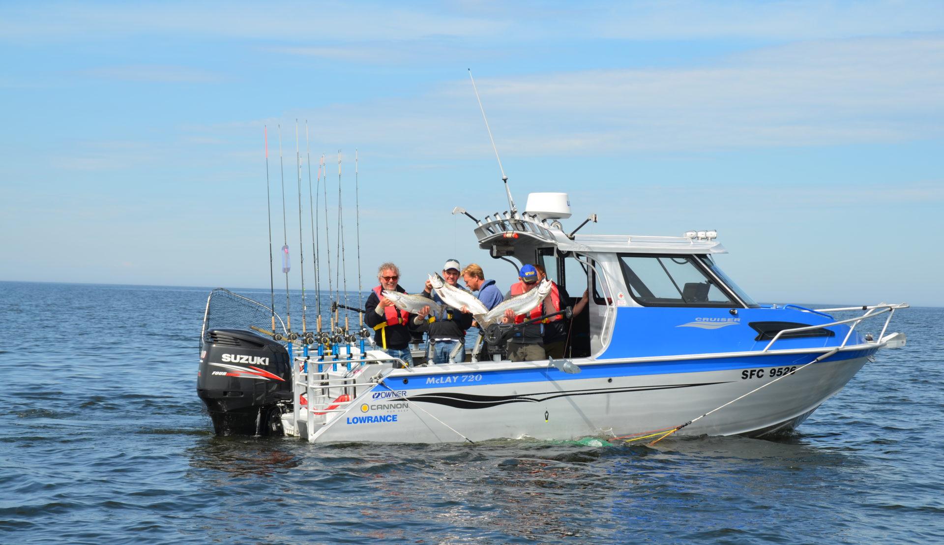 Båt med fyra fiskande män.